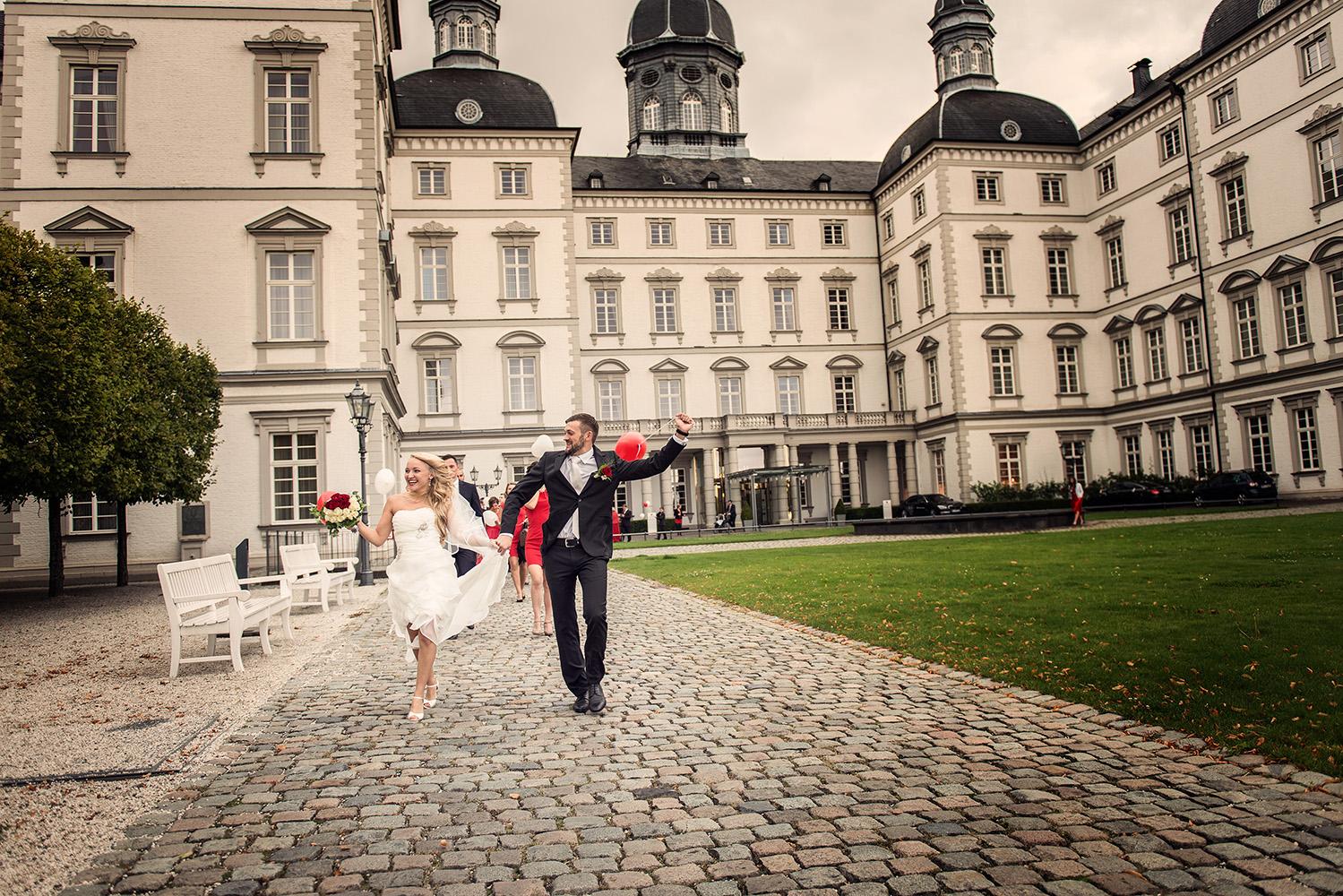 Hochzeitsvideo Köln, Paar auf dem Weg zur Feier