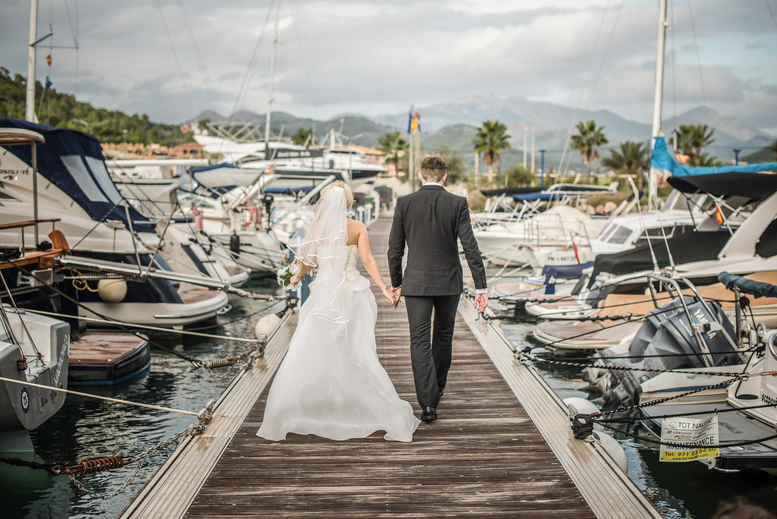 Hochzeitsvideo in Mallorca. Brautpaar am Hafen.