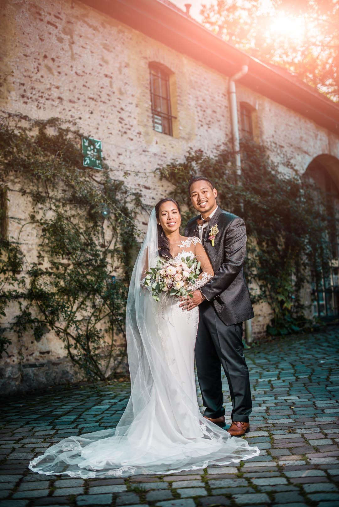 hochzeitsvideografie in NRW. Brautpaar posiert in die Kamera.