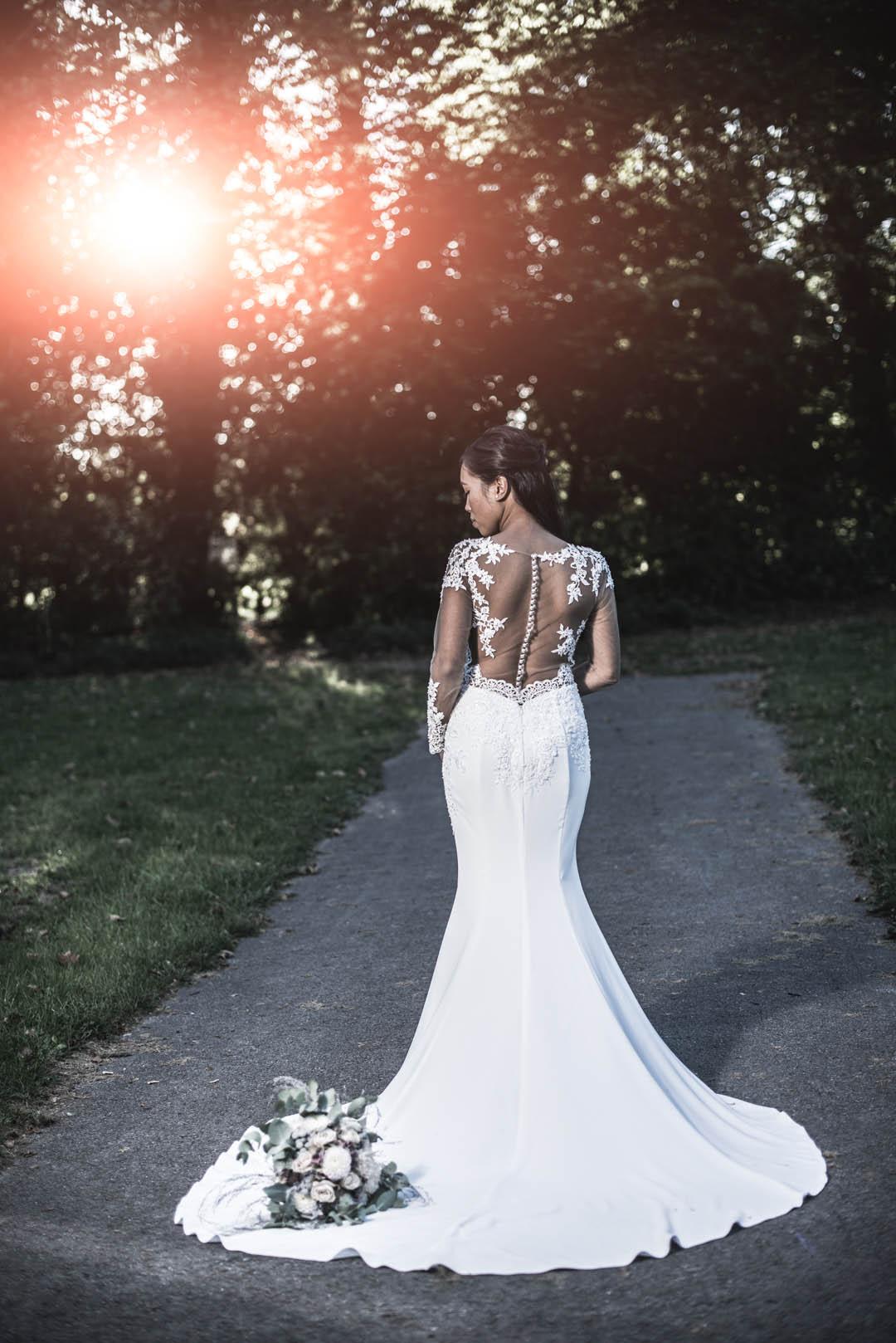 Braut posiert bei Sonnenuntergang im Park. hochzeitsvideo hochzeit filmen lassn hochzeitsvideo koeln