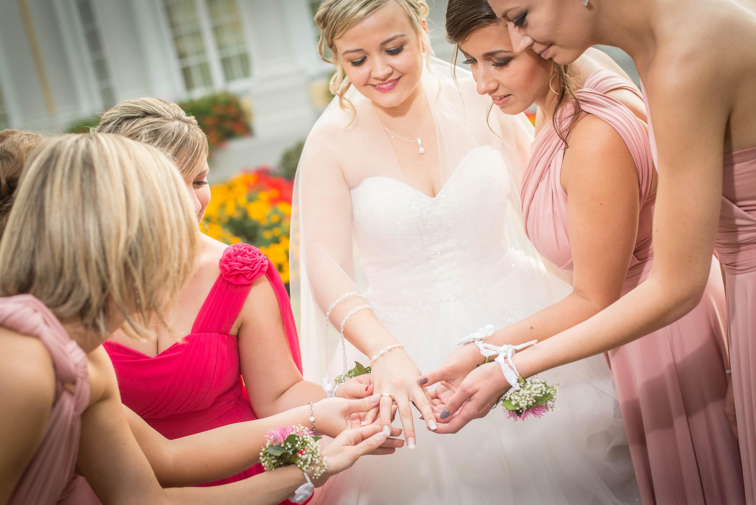 Braut zeit stolz den Brautjungfern ihren Ehering hochzeitsvideo hochzeitsfilm