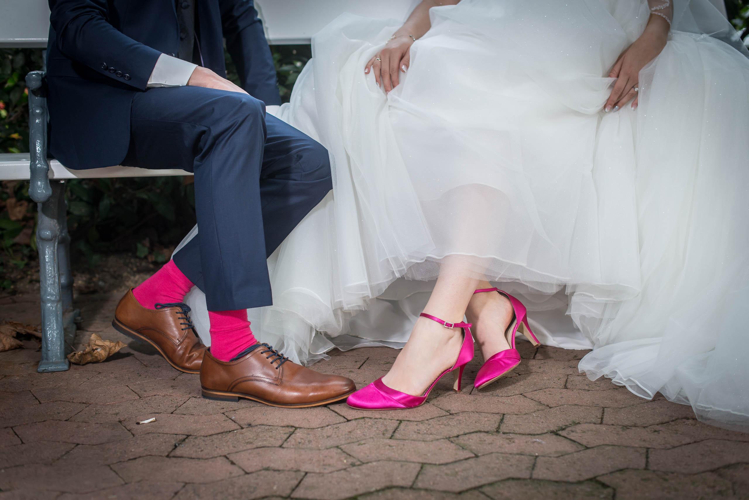 Brautpaar mit pinken socken hochzeitsvideo hochzeitsvideograf