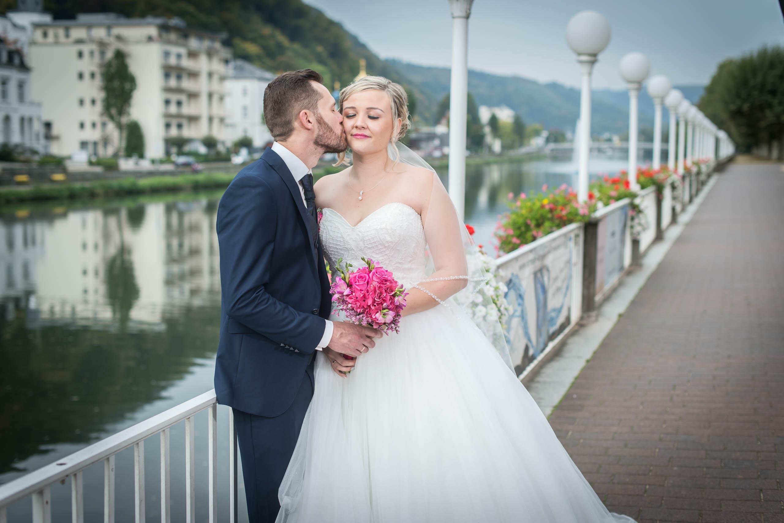 Bräutigam küsst die Braut beim Fotoshooting hochzeitsvideo hochzeit filmen lassn hochzeitsvideo koeln hochzeitsvideo
