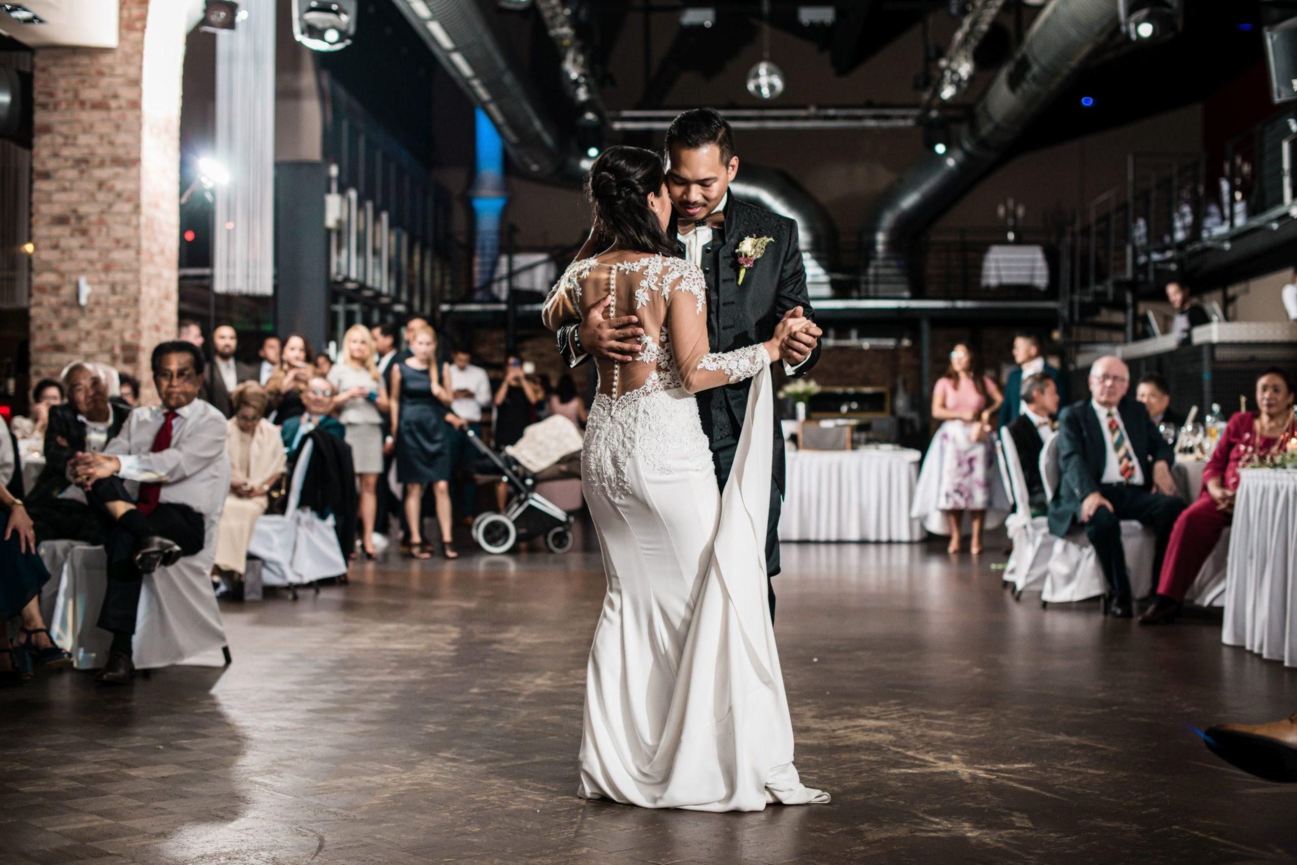 Eröffnungstanz Brautpaar im Festsaal. hochzeitsvideo hochzeitsvideograf hochzeitsvideo koeln