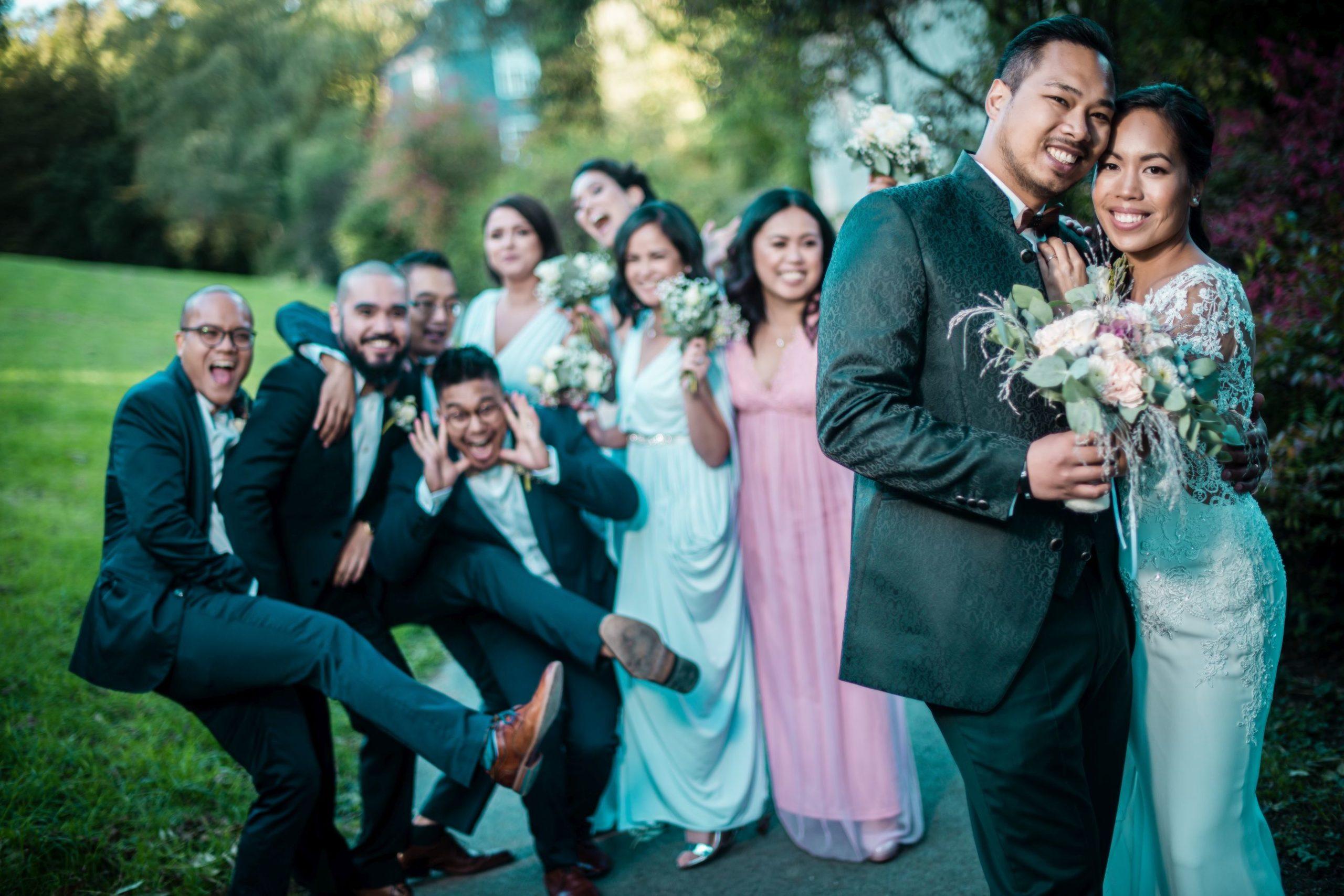 Gruppenfoto mit Bräutigam und Braut im Park hochzeitsvideo hochzeitsfilm hochzeitsvideograf