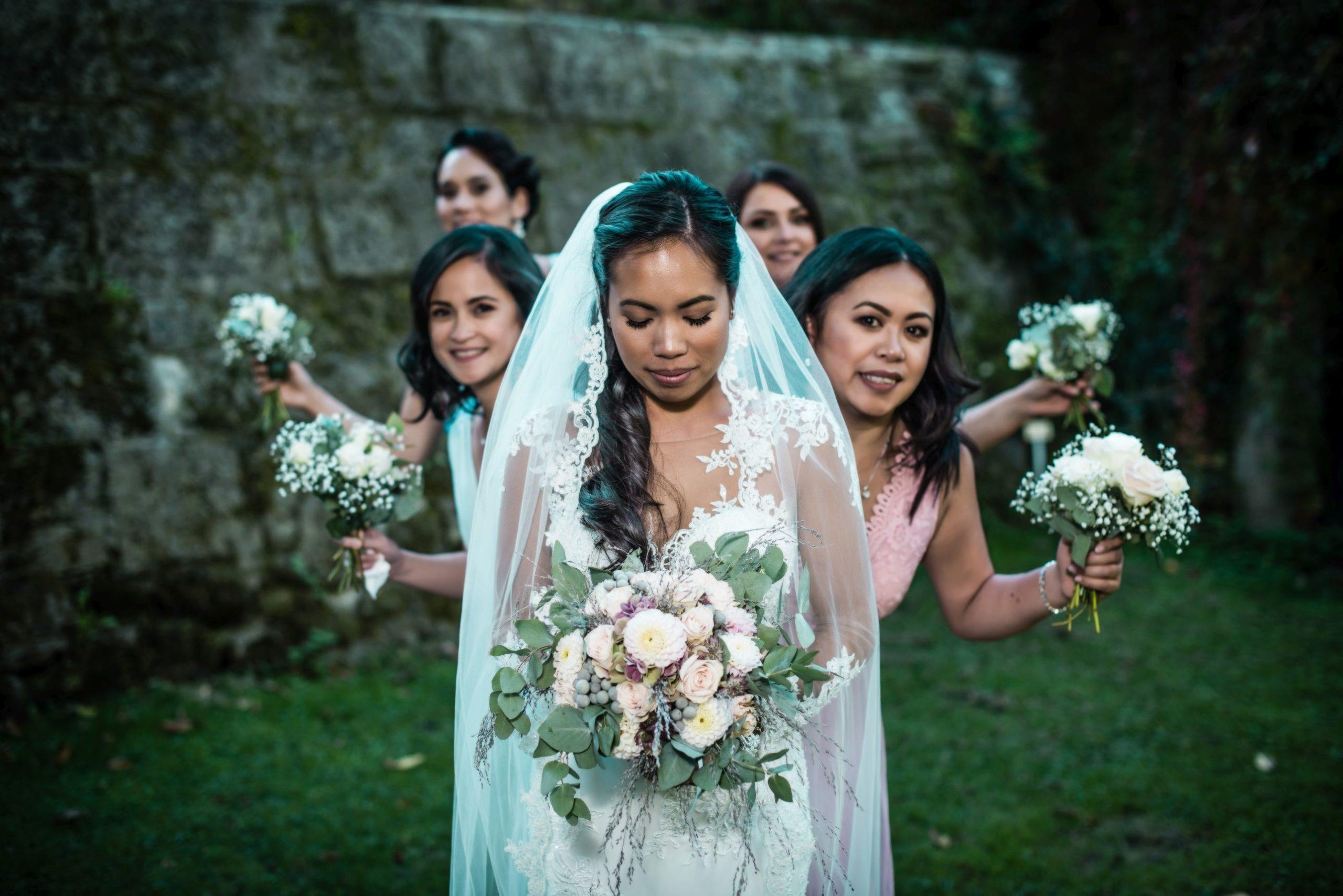 Braut posiert in Reihe mit ihren Brautjungfern hochzeitsvideo hochzeitsvideograf